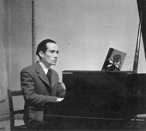 Jean Dattas at the piano, London. © Gilles Dattas – Private Collection.