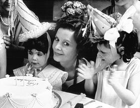 Luisina Brando as Doña Leonor in De eso no se habla