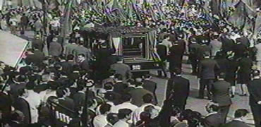 Footage of Palmiro Togliatti's funeral as seen in Uccellacci
