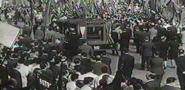 Footage of Palmiro Togliatti's funeral as seen in Uccellacci